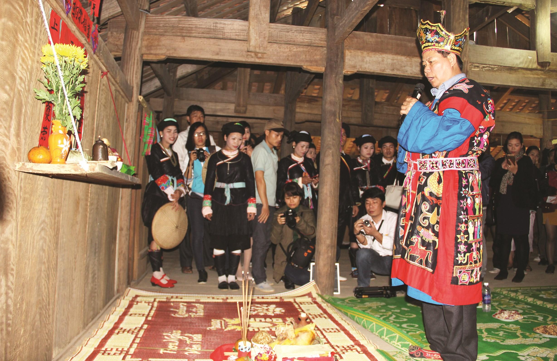 Thầy cúng làm lễ tại miếu Bà xin mang trống Thần đến miếu Ông để tổ chức lễ hội