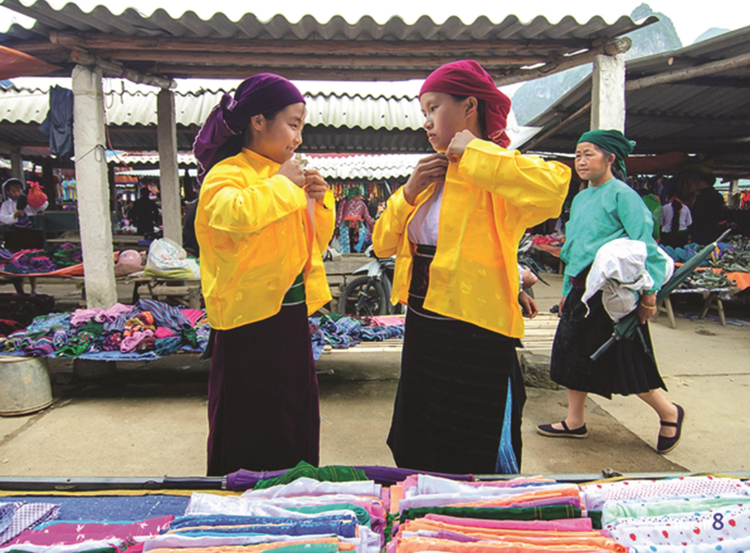 Du khách đến chợ dễ dàng bắt gặp các cô gái dân tộc Nùng, Dao, Mông, Lô Lô, La Chí… đang tất bật lựa đồ