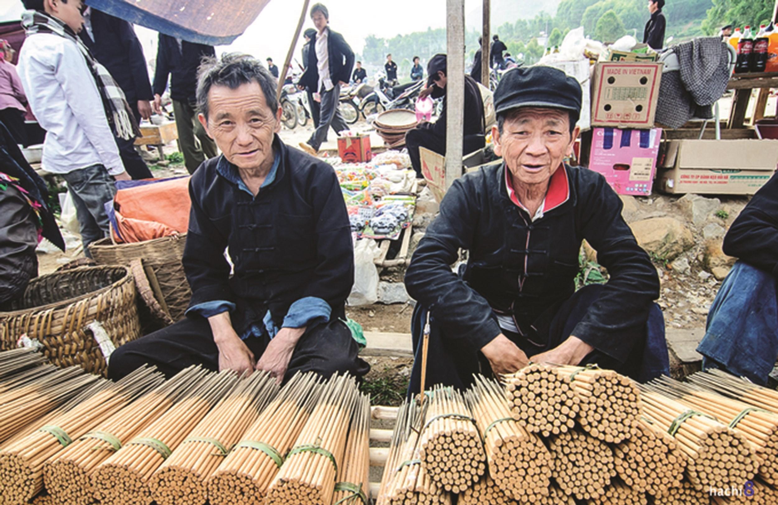 Hương trầm làm thủ công cũng được bày bán như một món hàng thiết yếu phục vụ dân bản