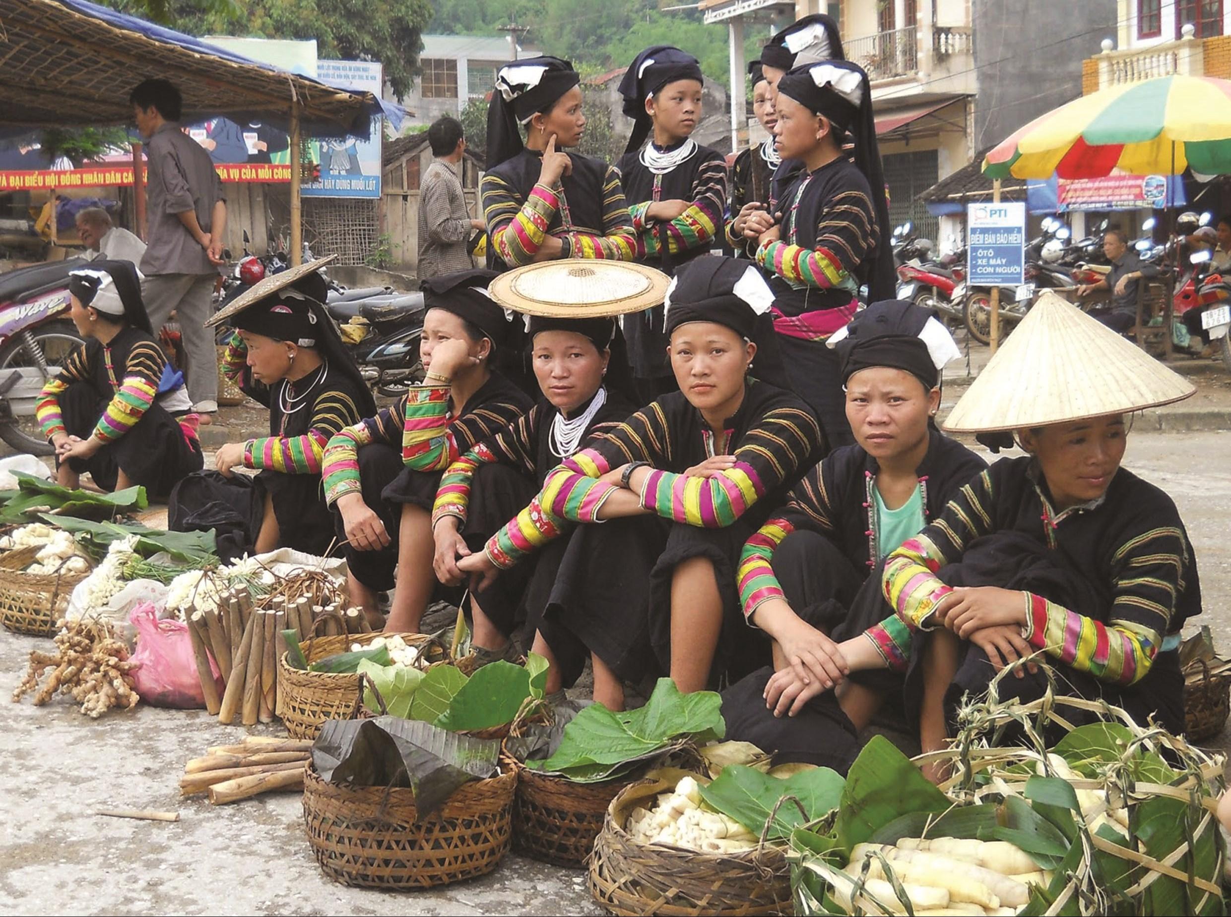 Đồng bào dân tộc đem các sản vật tự sản xuất ra chợ phiên buôn bán