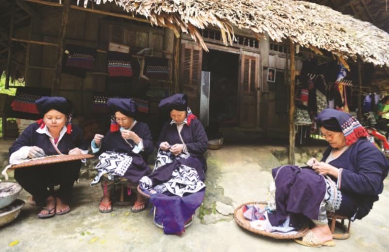 Những người phụ nữ Dao Tiền ở bản Sưng, xã Cao Sơn, huyện Đà Bắc (Hòa Bình) vẫn đang giữ gìn những bộ trang phục truyền thống của dân tộc
