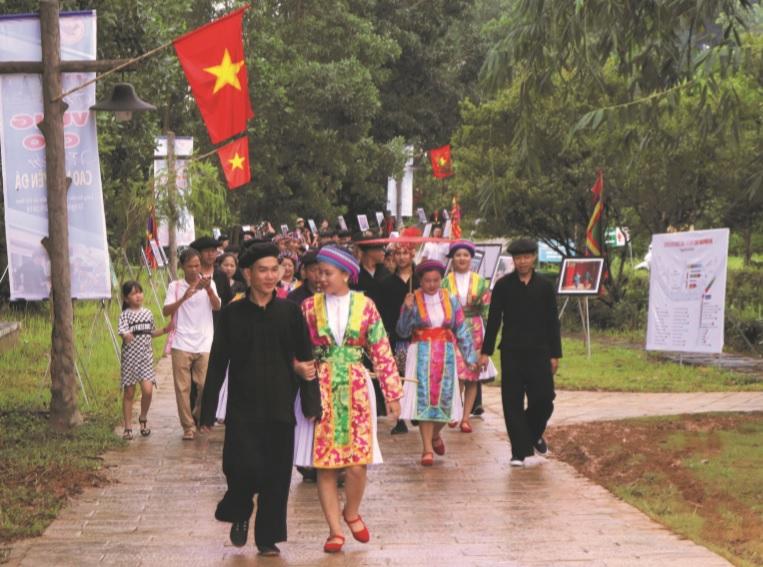 Sắc màu độc đáo trên nhưng bộ trang phục truyền thống của đồng bào các dân tộc vẫn được giữ gìn trong nhịp sống hiện đại