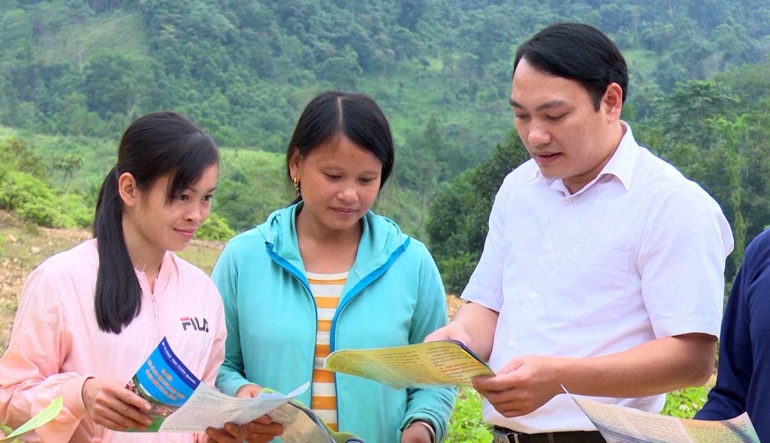 Cán bộ Tư pháp huyện Lâm Bình, tỉnh Tuyên Quang tuyên truyền, phổ biến pháp luật cho bà con tại xã Bình An