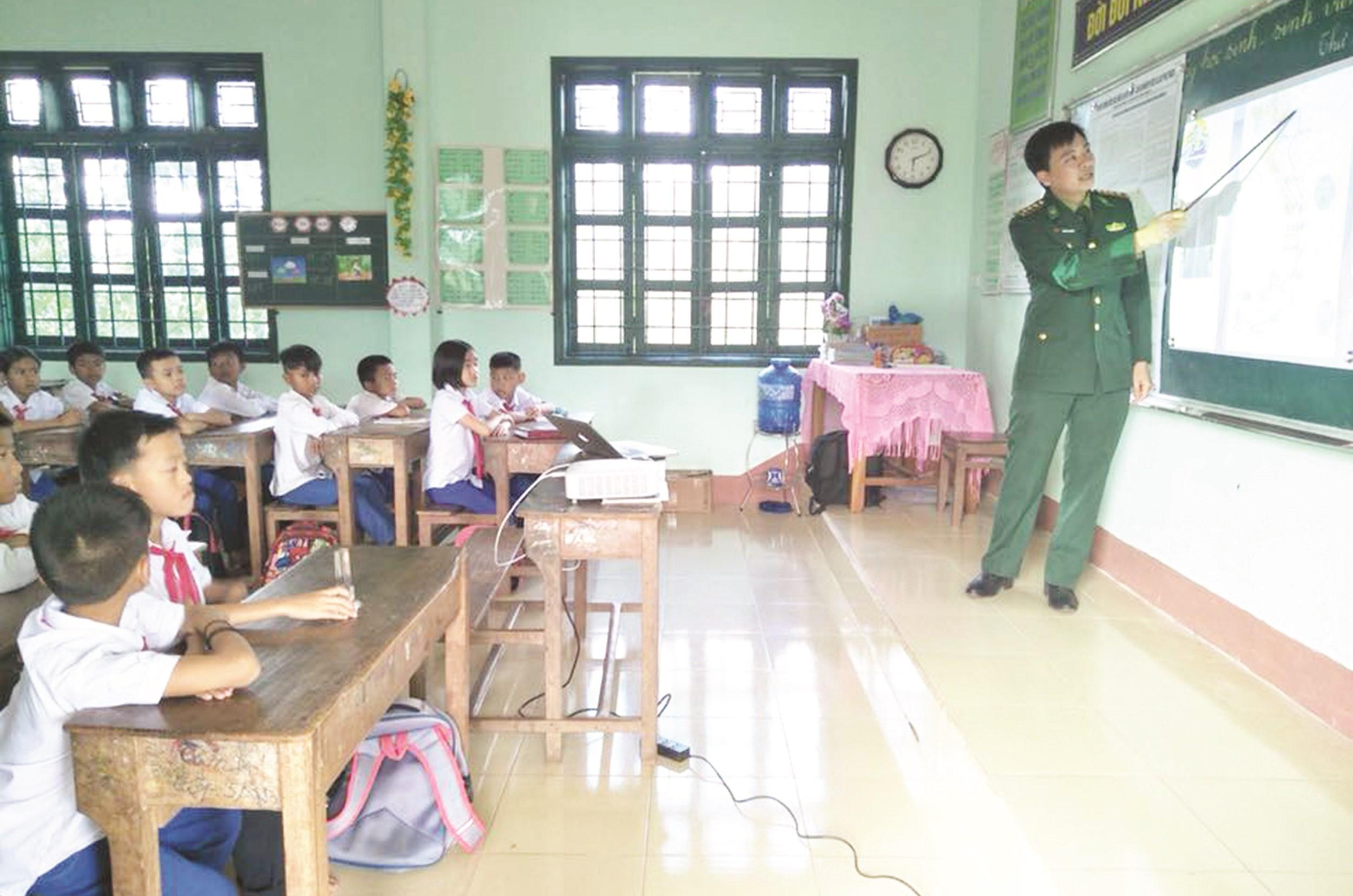 """""""Tiết học biên giới"""" - sự sáng tạo trong công tác tuyên truyền, PBGDPL của BĐBP Quảng Trị"""