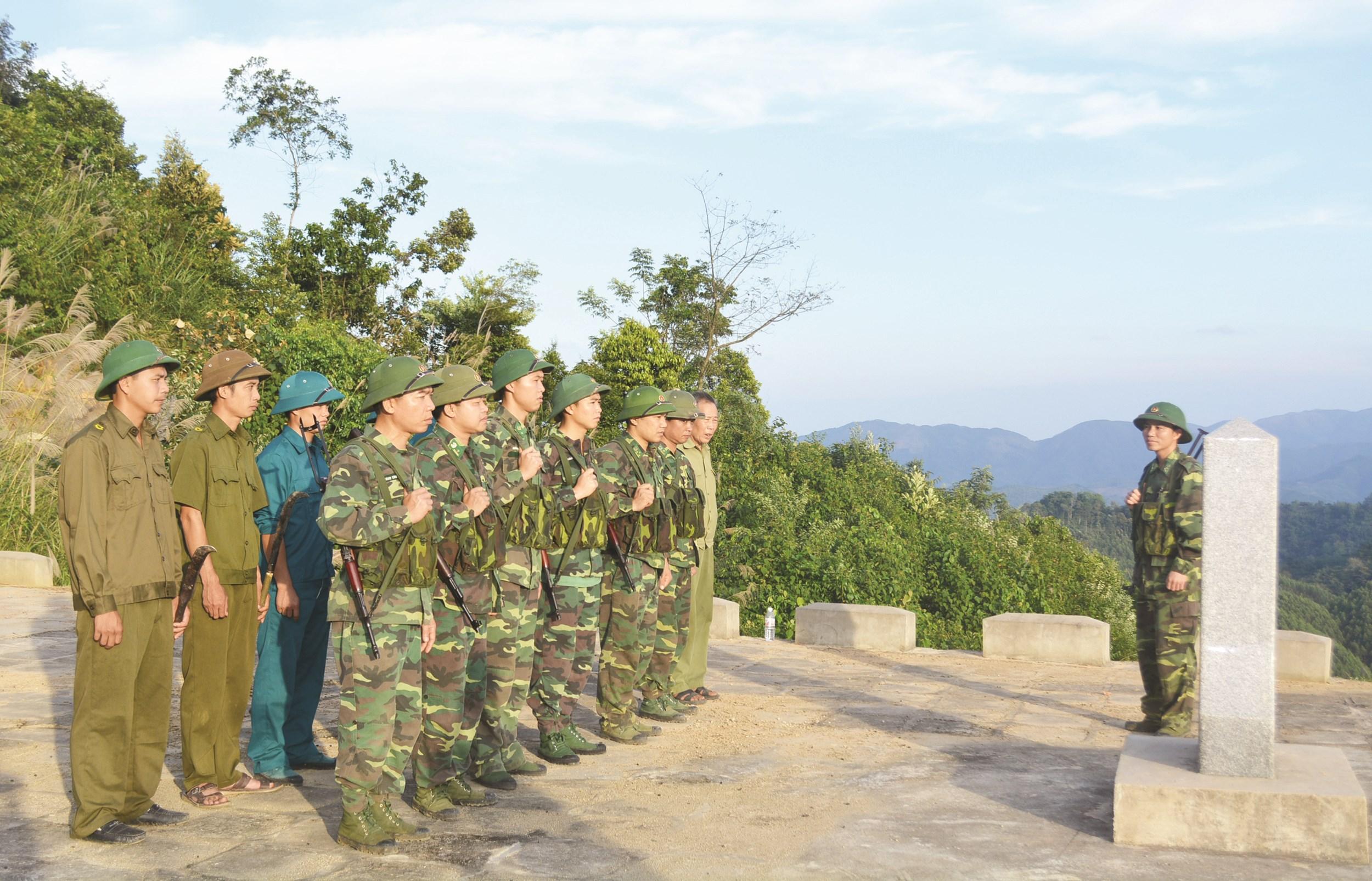 Các chiến sĩ làm nhiệm vụ tuần tra đường biên, cột mốc