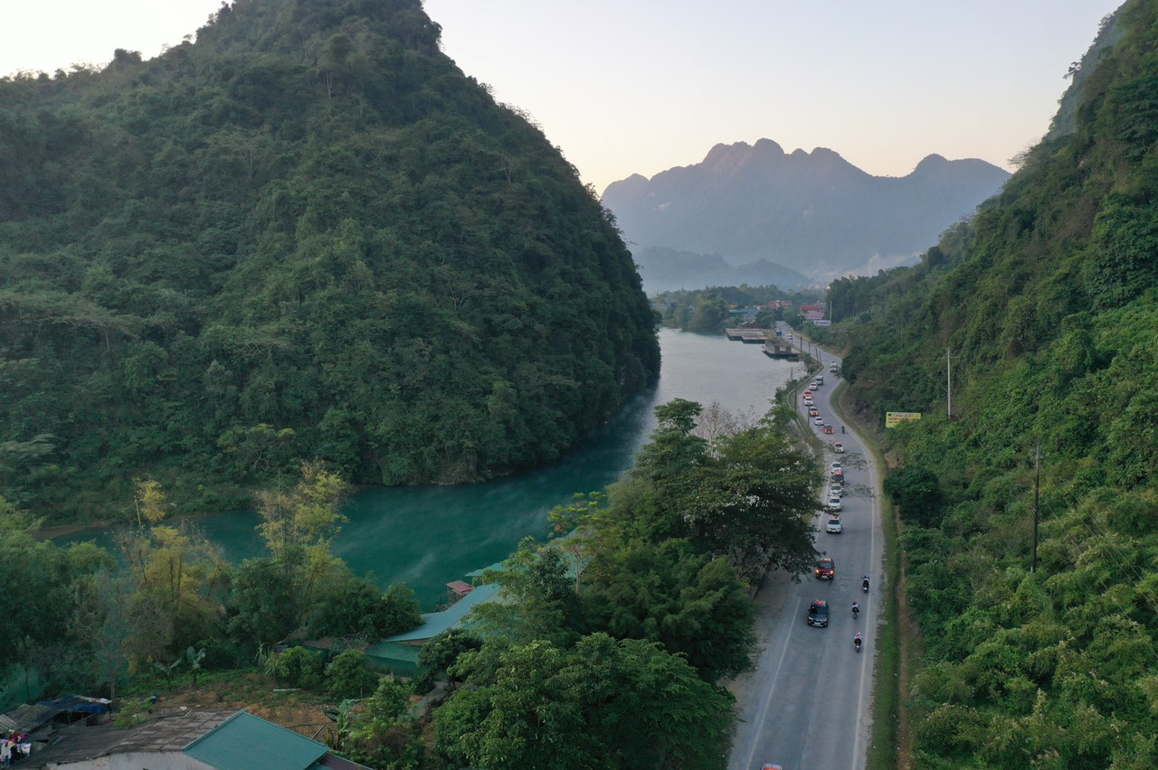 Con đường Hạnh Phúc từ TP. Hà Giang đi 4 huyện vùng cao núi đá, gồm: Quản Bạ, Yên Minh, Đồng Văn và Mèo Vạc