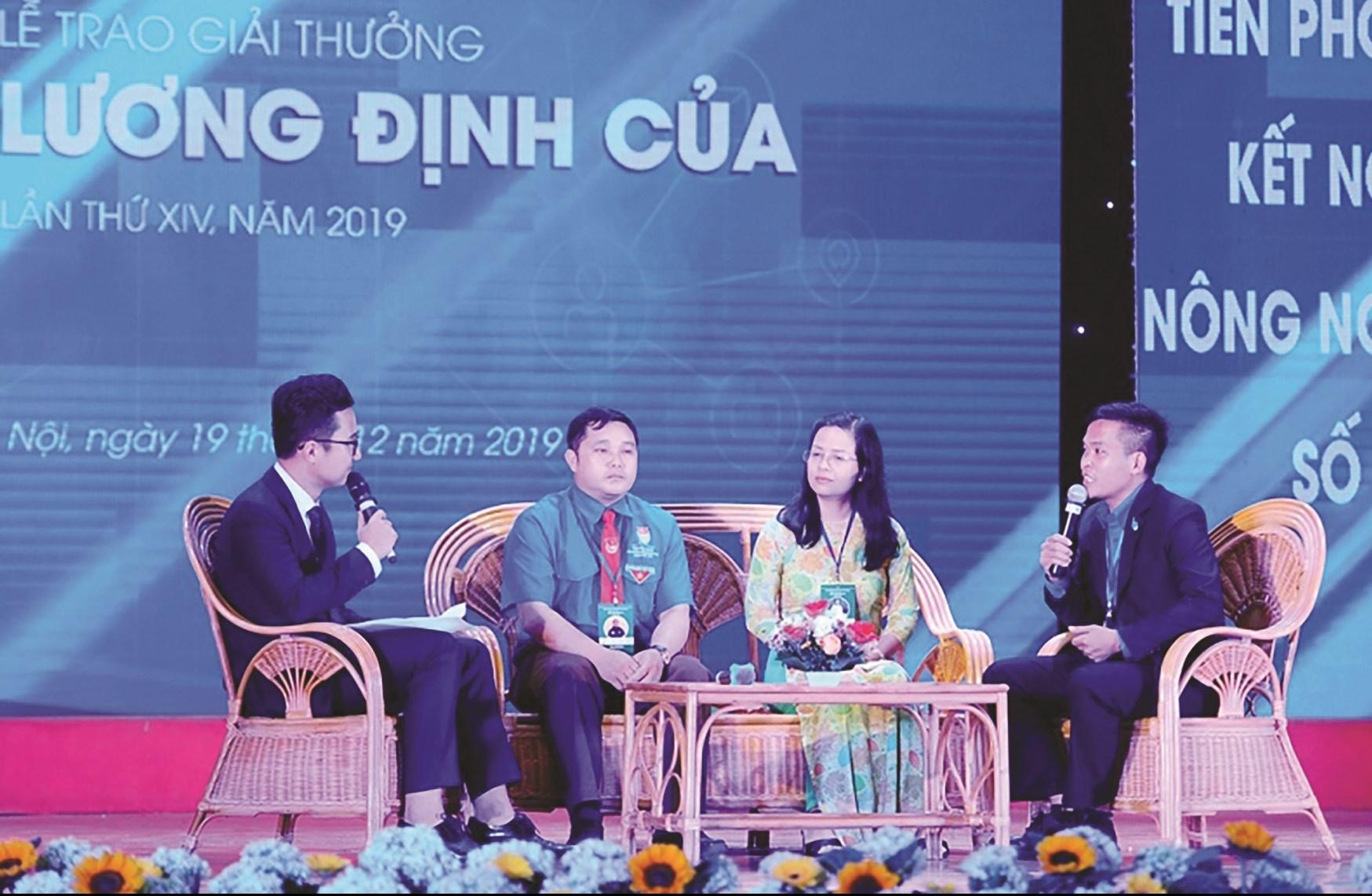 Xồng Bá Dênh (thứ hai từ trái sang) chia sẻ câu chuyện khởi nghiệp từ nông nghiệp tại Lễ trao giải thưởng Lương Định Của năm 2019