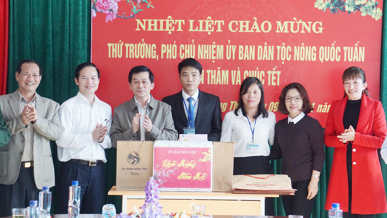 Thứ trưởng, Phó Chủ nhiệm UBDT Nông Quốc Tuấn thăm và chúc tết thầy và trò trường PTDTNT huyện Phong Thổ