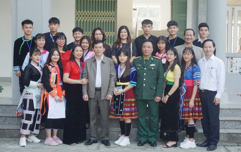 Thứ trưởng, Phó Chủ nhiệm UBDT Nông Quốc Tuấn chụp ảnh lưu niệm cùng các Thầy cô và các em học sinh trường PTDTNT huyện Phong Thổ