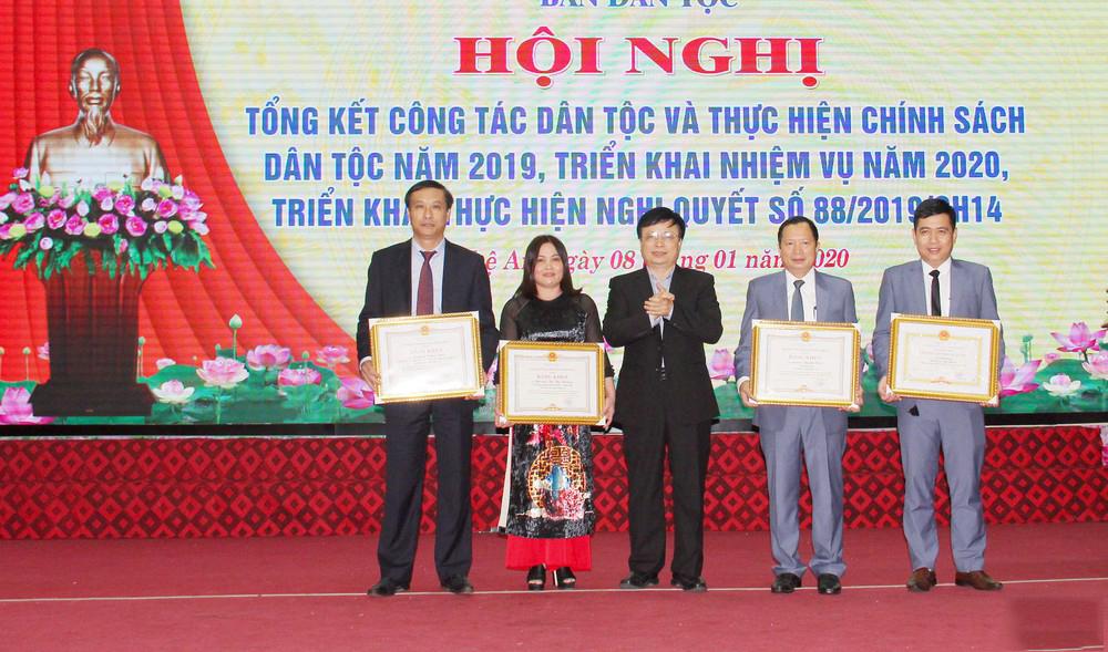 UBND tỉnh trao tặng Bằng khen cho 3 cá nhân và 1 tập thể của Ban Dân tộc tỉnh vì đã có thành tích xuất sắc trong thực hiện chính sách công tác dân tộc