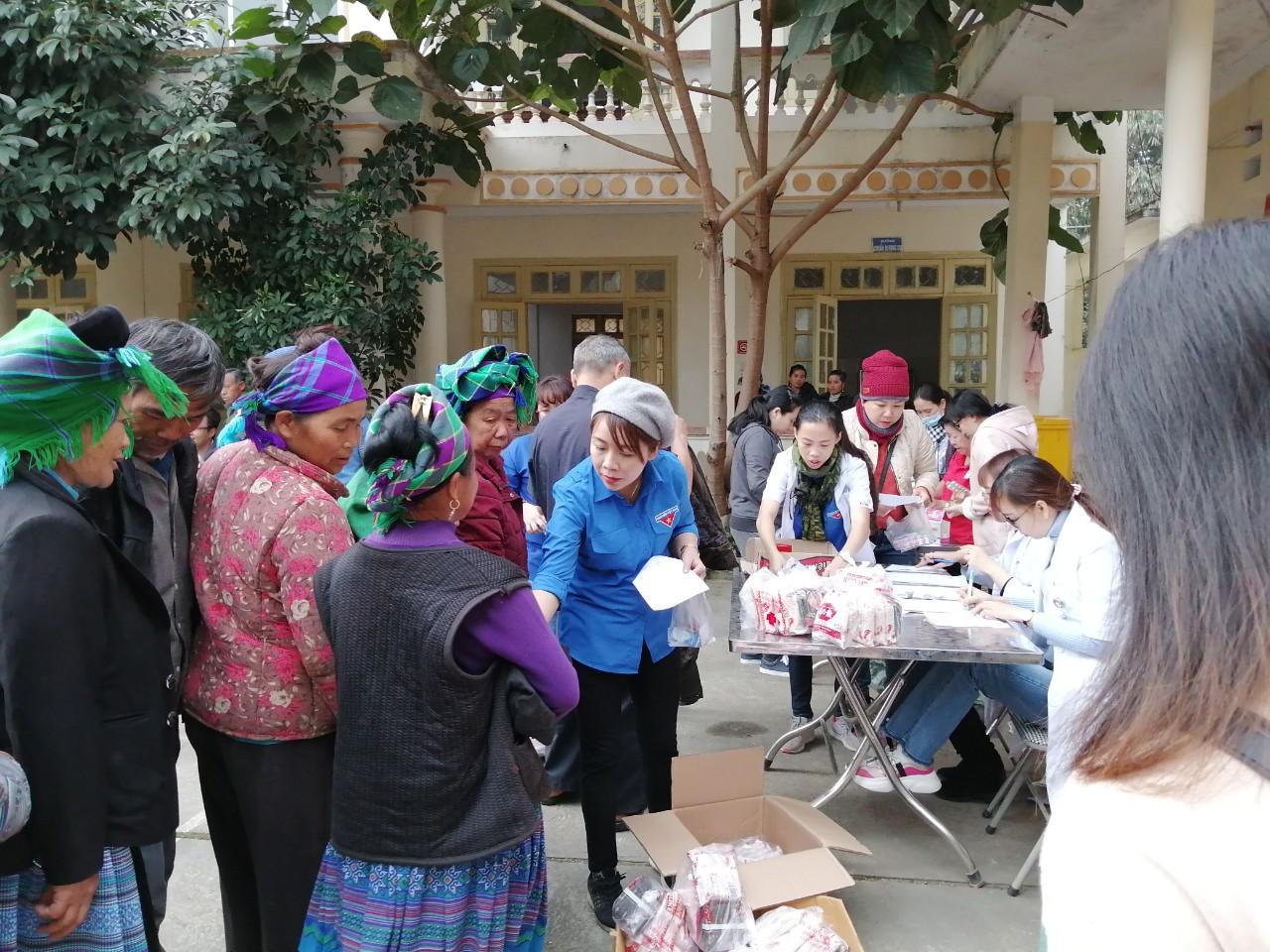 Các y bác sỹ Bệnh viện Hùng Vương TP. Hồ Chí Minh tặng quà cho bà con xã Pha Long, huyện Mường Khương, tỉnh Lào Cai