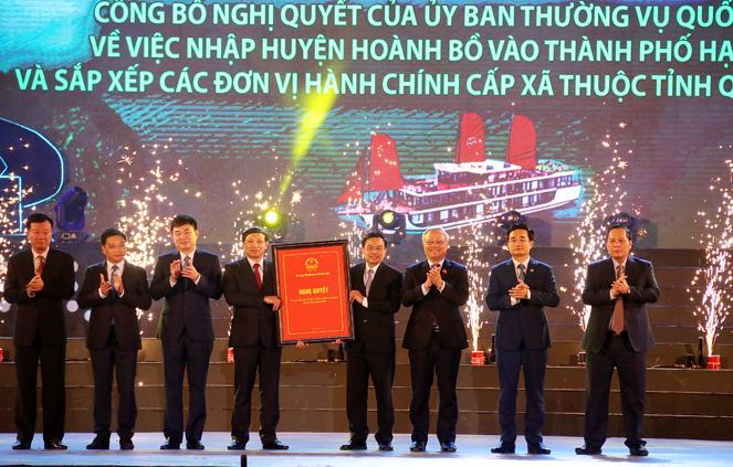 Phó Chủ tịch Quốc hội Uông Chu Lưu (thứ 3 từ phải) trao Quyết định của Ủy ban Thường vụ Quốc hội về sáp nhập huyện Hoành Bồ vào TP. Hạ Long cho lãnh đạo tỉnh Quảng Ninh và lãnh đạo TP. Hạ Long