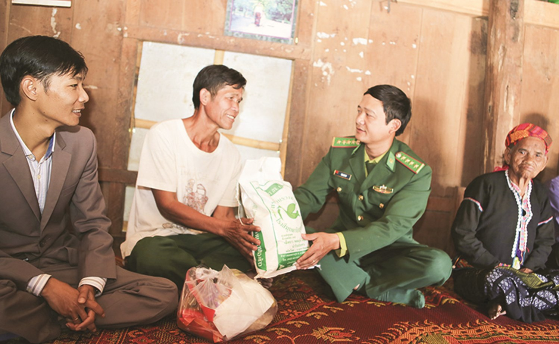Bộ đội Biên phòng Quảng Trị trao quà Tết cho đồng bào nghèo trên tuyến biên giới huyện Đakrông
