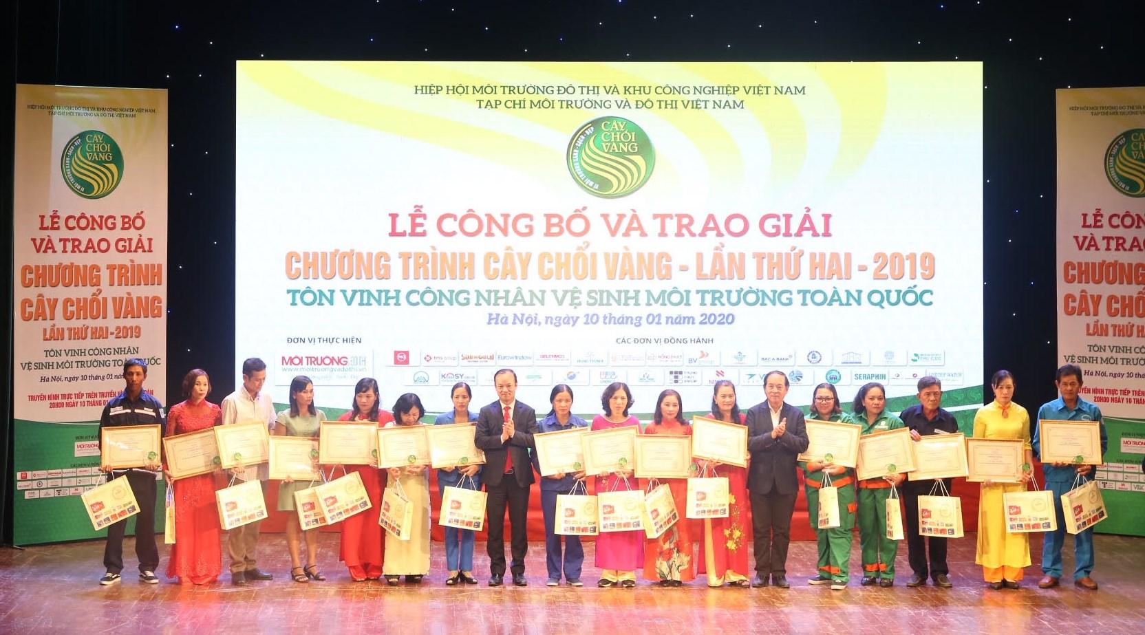 Ông Nguyễn Hữu Tiến, Tổng Giám đốc Công ty TNHH MTV Môi trường Đô thị Hà Nội trao giải thưởng và quà Tết cho những công nhân có thành tích xuất sắc