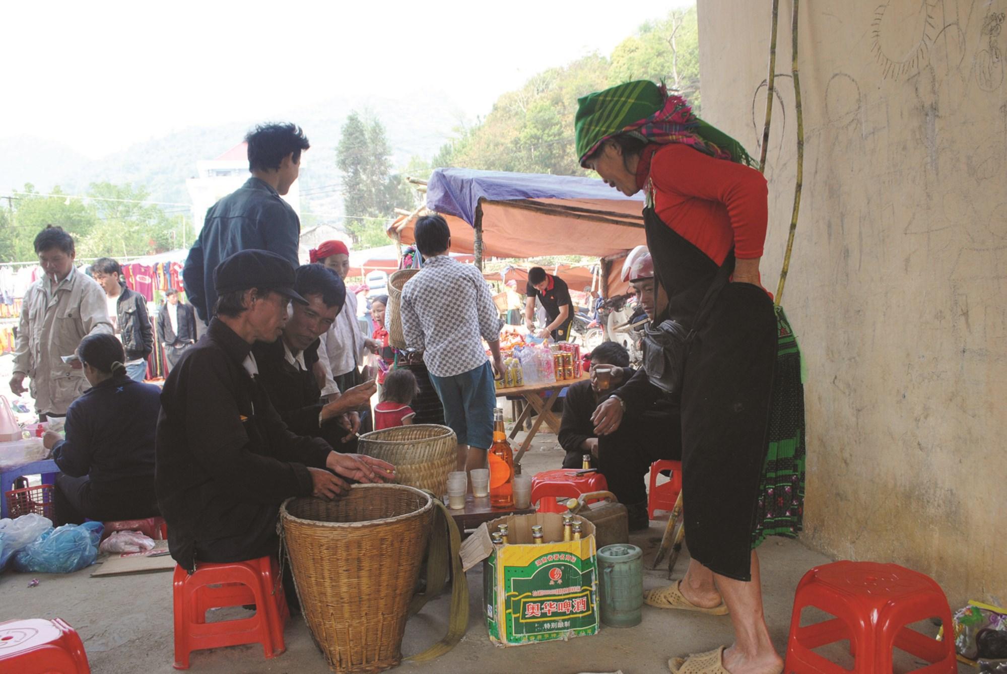 Tình trạng uống rượu, bia vẫn còn phổ biến ở vùng DTTS và miền núi.