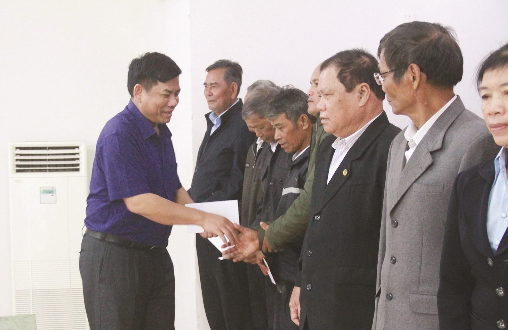 Thứ trưởng, Phó Chủ nhiệm Y Thông trao quà cho Người có uy tín