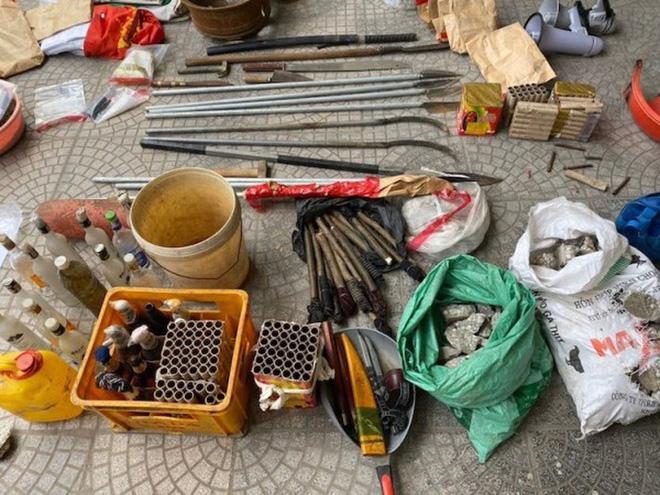 8 quả lựu đàn cùng nhiều bom xăng, vũ khí được cảnh sát thu giữ. Ảnh: VTV.