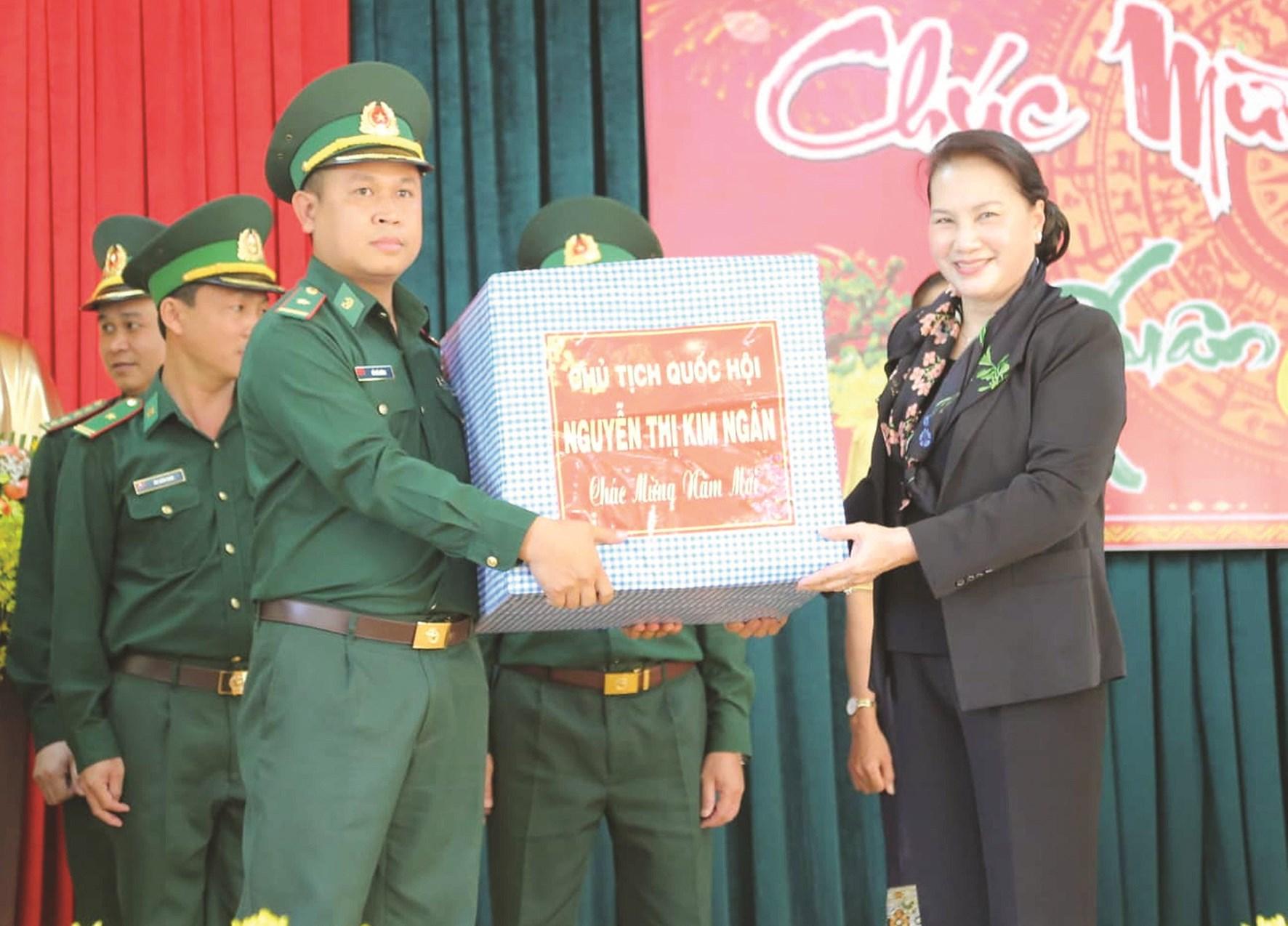 Chủ tịch Quốc hội Nguyễn Thị Kim Ngân tặng quà Tết cán bộ, chiến sĩ Bộ chỉ huy Bộ đội Biên phòng tỉnh Đăk Lăk