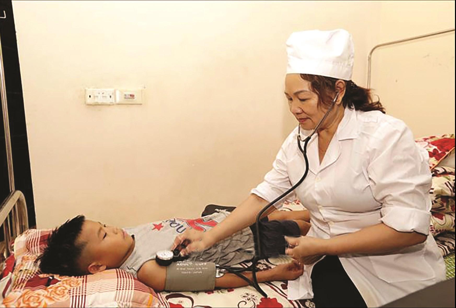 Bác sĩ của Trung tâm luôn sát sao, tận tâm chăm sóc cho các con mỗi khi đau ốm