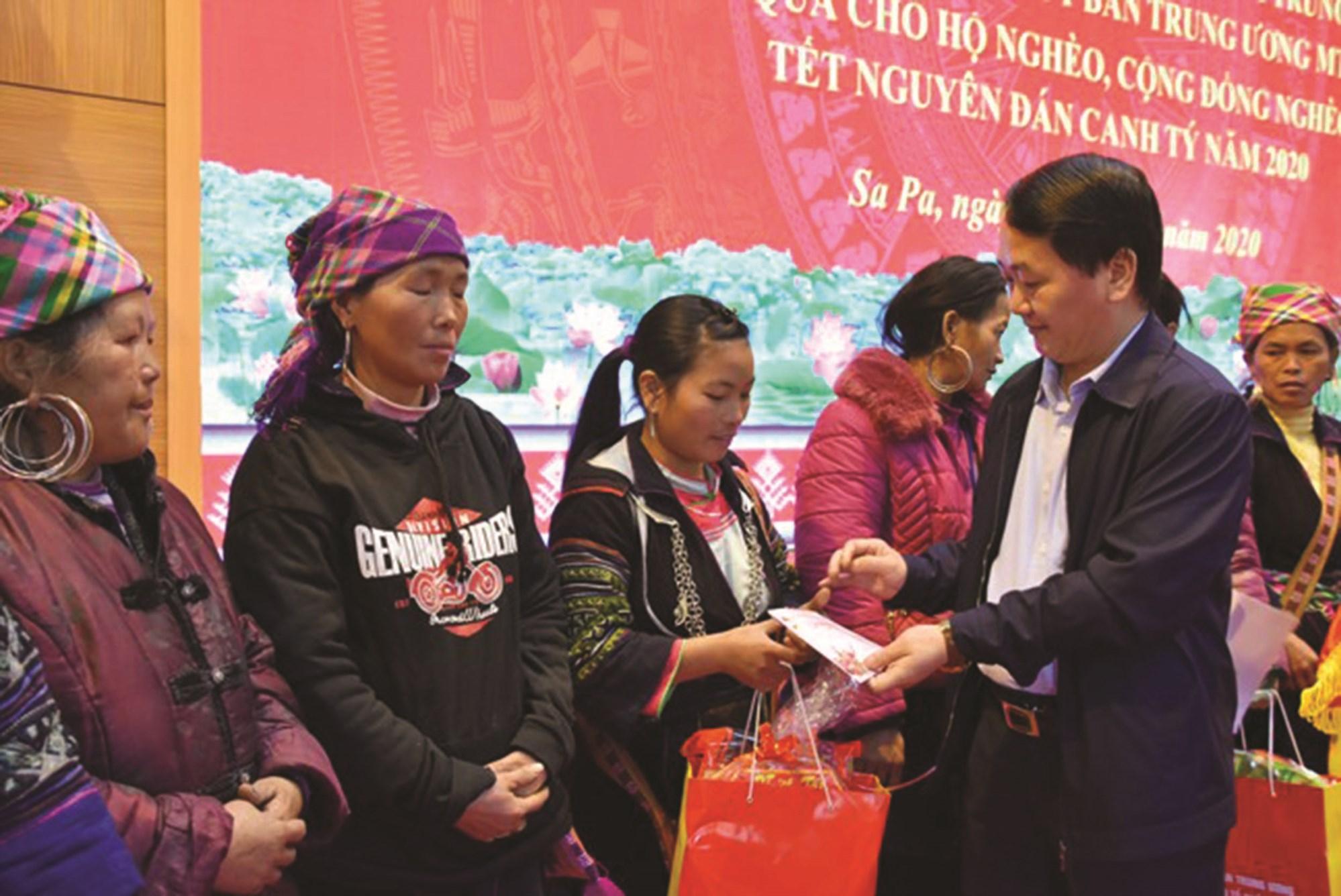 Phó Chủ tịch - Tổng Thư ký Ủy ban Trung ương MTTQ Việt Nam Hầu A Lềnh tặng quà Tết cho đồng bào nghèo thị xã Sa Pa, tỉnh Lào Cai. Ảnh TL