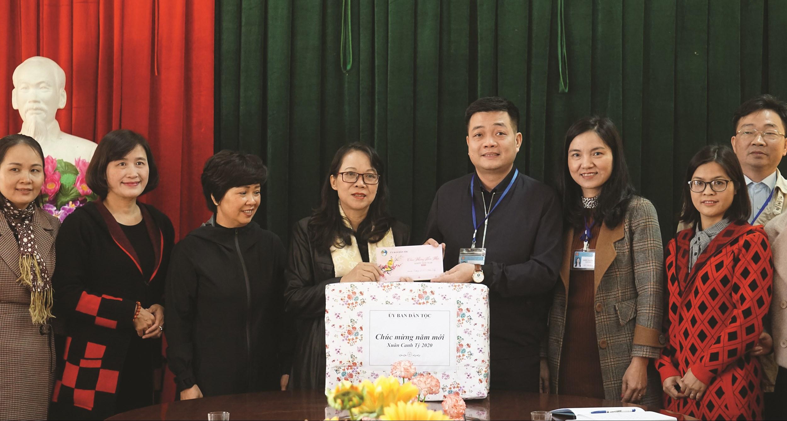 Thứ trưởng, Phó Chủ nhiệm Hoàng Thị Hạnh tặng quà Tết thầy và trò Trường PTDTNT miền Tây