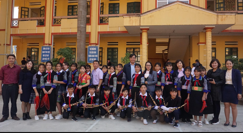 Đoàn công tác chụp ảnh lưu niệm với thầy và trò trường PTDTNT trung học cơ sở huyện Mù Cang Chải