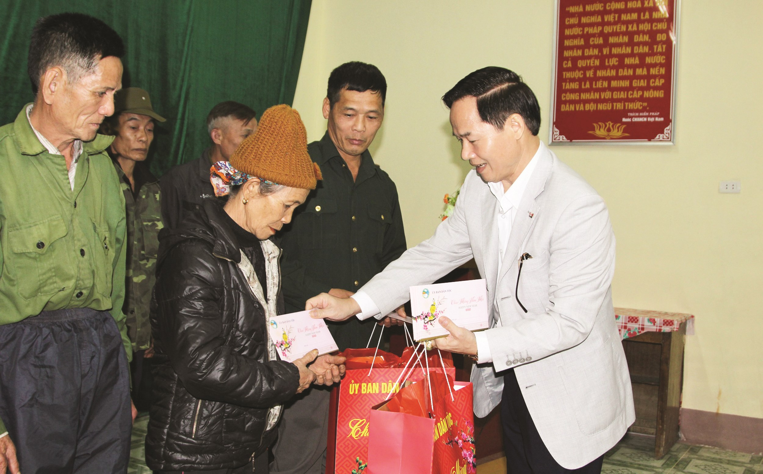 Ông Nguyễn Quang Đức trao quà của UBDT cho đồng bào DTTS nghèo xã Đổng Xá
