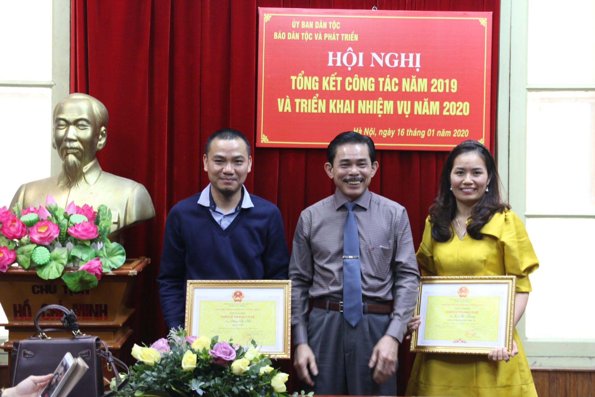 Phó Tổng Biên tập - Phụ trách Lê Công Bình trao tặng danh hiệu chiến sĩ thi đua cấp cơ sở cho 2 cá nhân