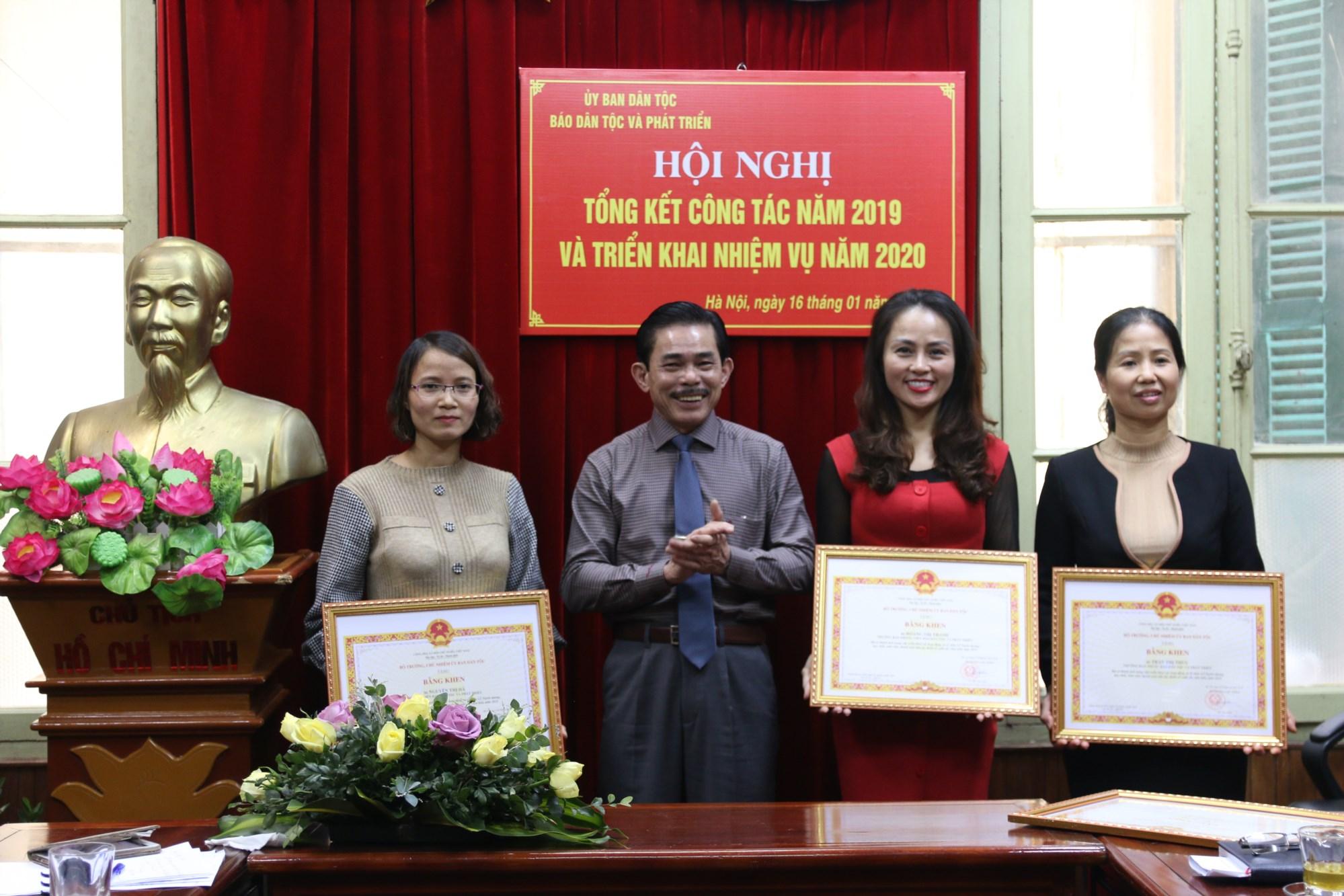 Phó Tổng Biên tập - Phụ trách Lê Công Bình trao tặng Bằng khen của Bộ trưởng, Chủ nhiệm UBDT cho các cá nhân có những đóng góp tích cực trong Lễ Tuyên dương HSSVTN DTTS xuất sắc, tiêu biểu năm 2019