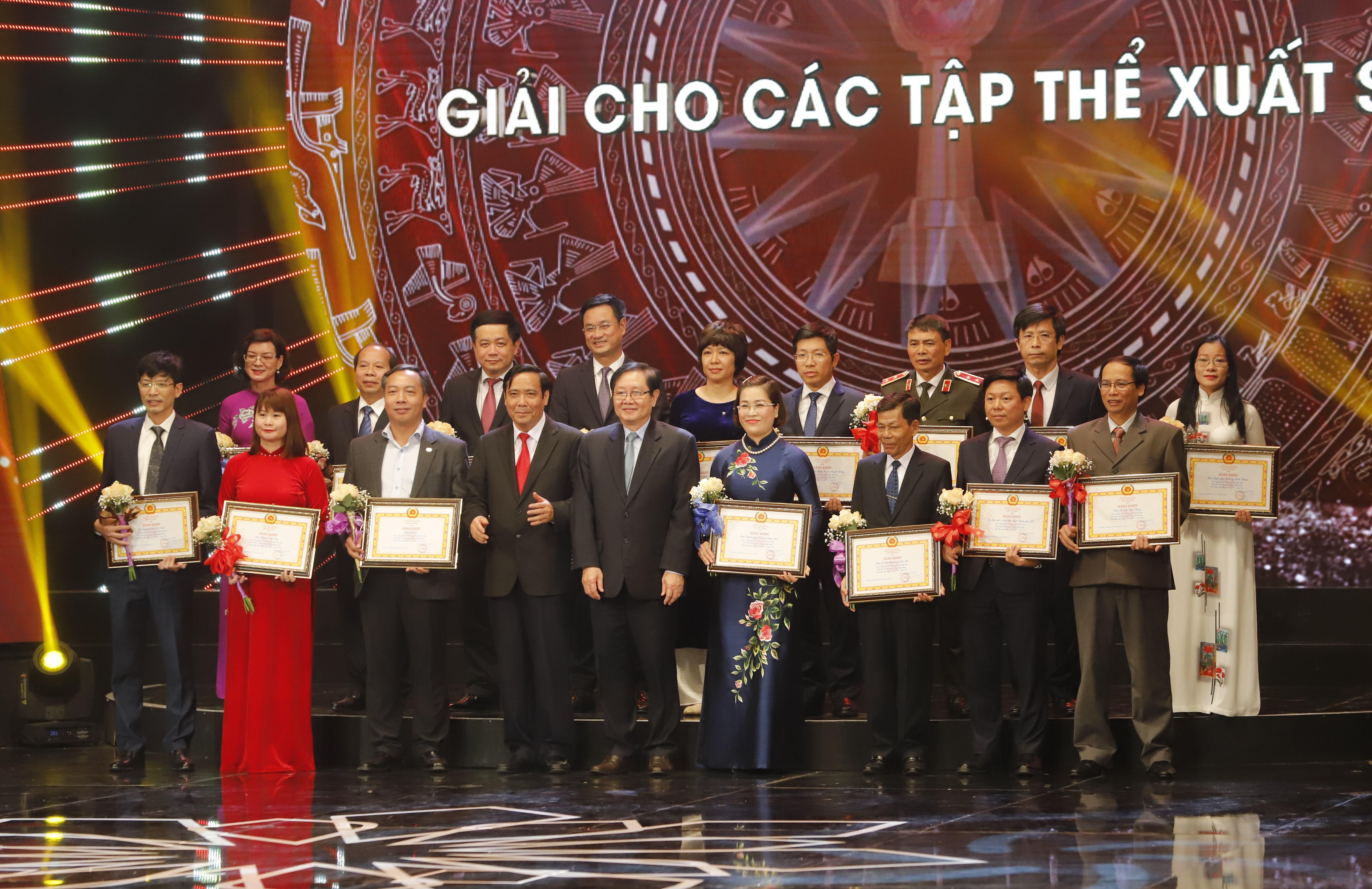 Ban Tổ chức trao giải cho 16 tập thể tiêu biểu xuất sắc
