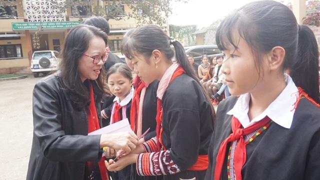 Thứ trưởng, Phó Chủ nhiệm trao 10 suất quà cho 10 em học sinh có hoàn cảnh khó khăn của trường PTDTNT Trung học cơ sở huyện Văn Yên