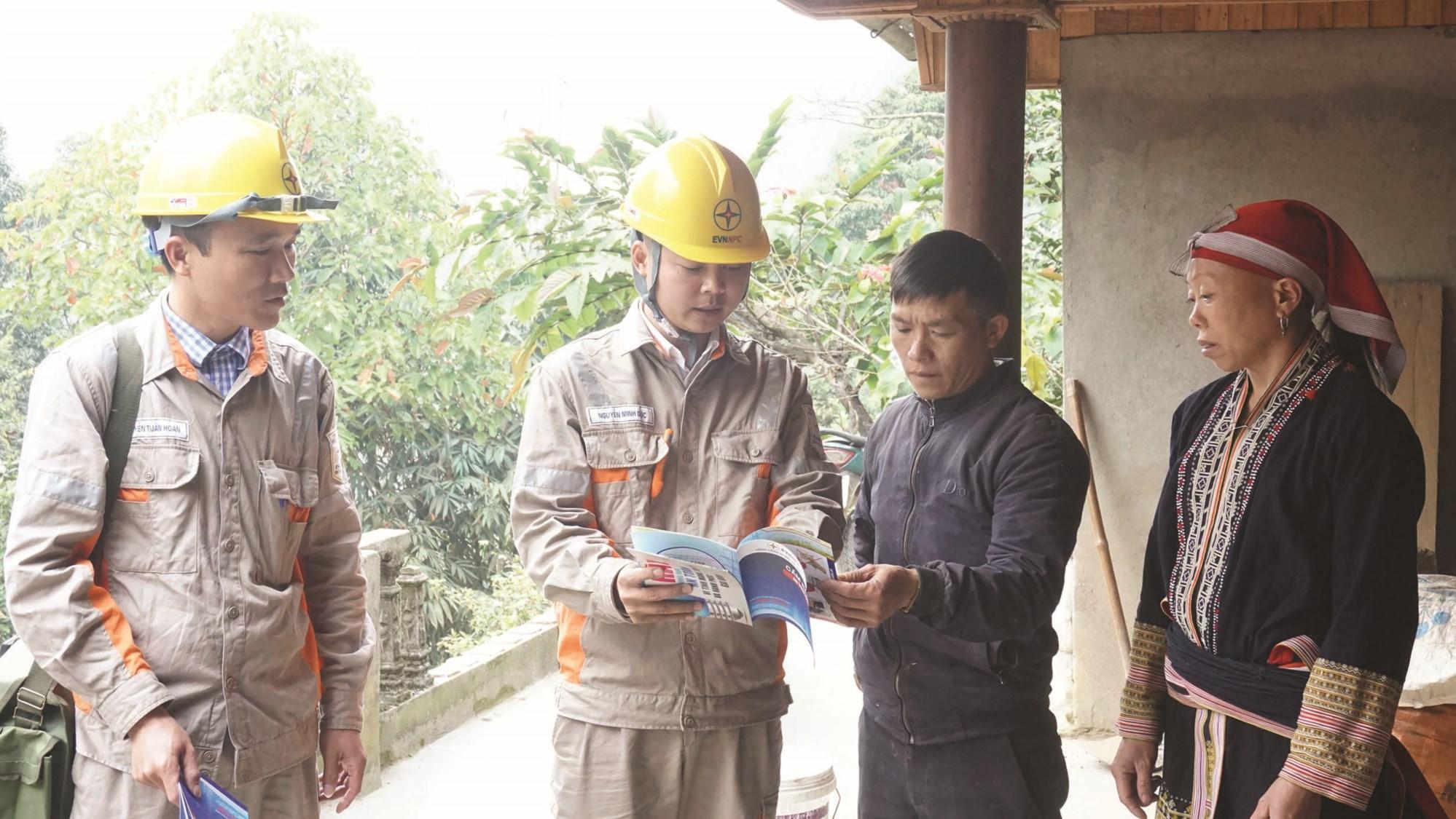 Cán bộ Điện lực Sa Pa tuyên truyền, hướng dẫn người dân thôn Sín Chải sử dụng điện an toàn, tiết kiệm.