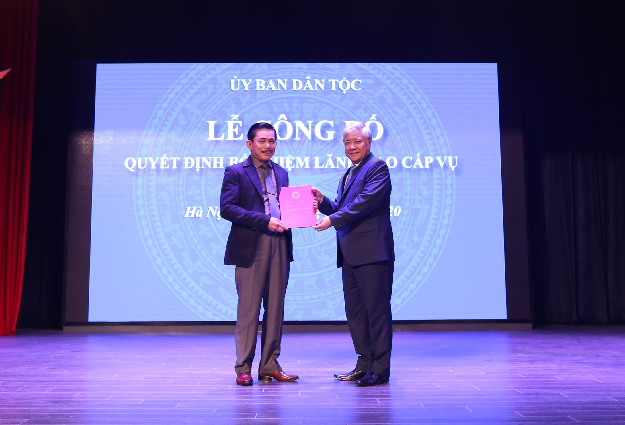 Bộ trưởng, Chủ nhiệm UBDT Đỗ Văn Chiến trao quyết định bổ nhiệm Tổng Biên tập Báo Dân tộc và Phát triển cho ông Lê Công Bình