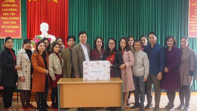 Đoàn công tác của UBDT hăm và chúc Tết thầy và trò trường PTDTNT Trung học cơ sở huyện Văn Yên
