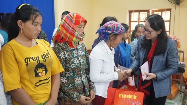 Thứ trưởng, Phó Chủ nhiệm tặng 50 suất quà Tết cho 50 hộ gia đình có hoàn cảnh khó khăn của xã Nà Hẩu, huyện Văn Yên