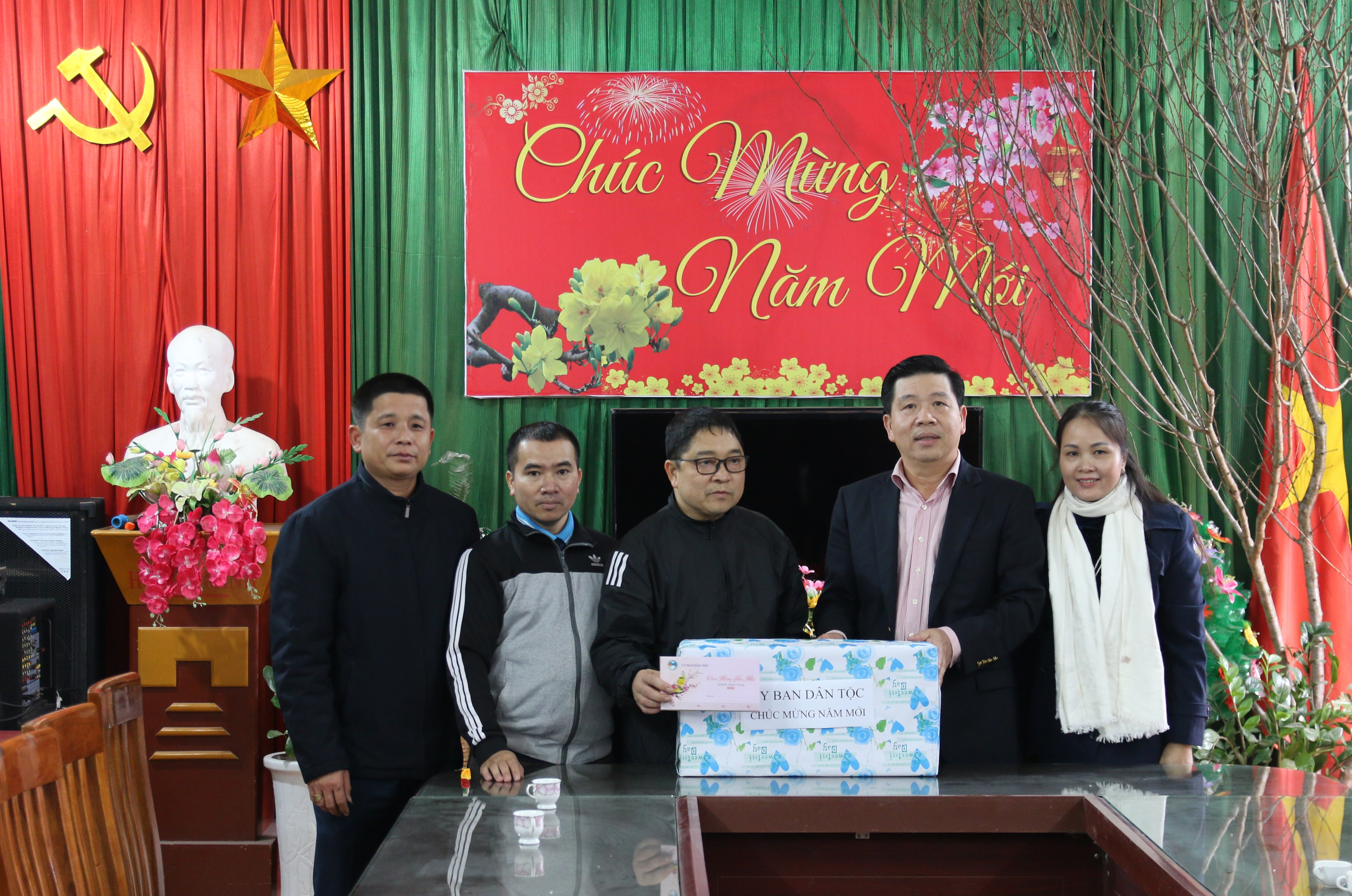 Thứ trưởng, Phó Chủ nhiệm UBDT Lê Sơn Hải tặng Tết trường PTDT bán trú Sơn Hải