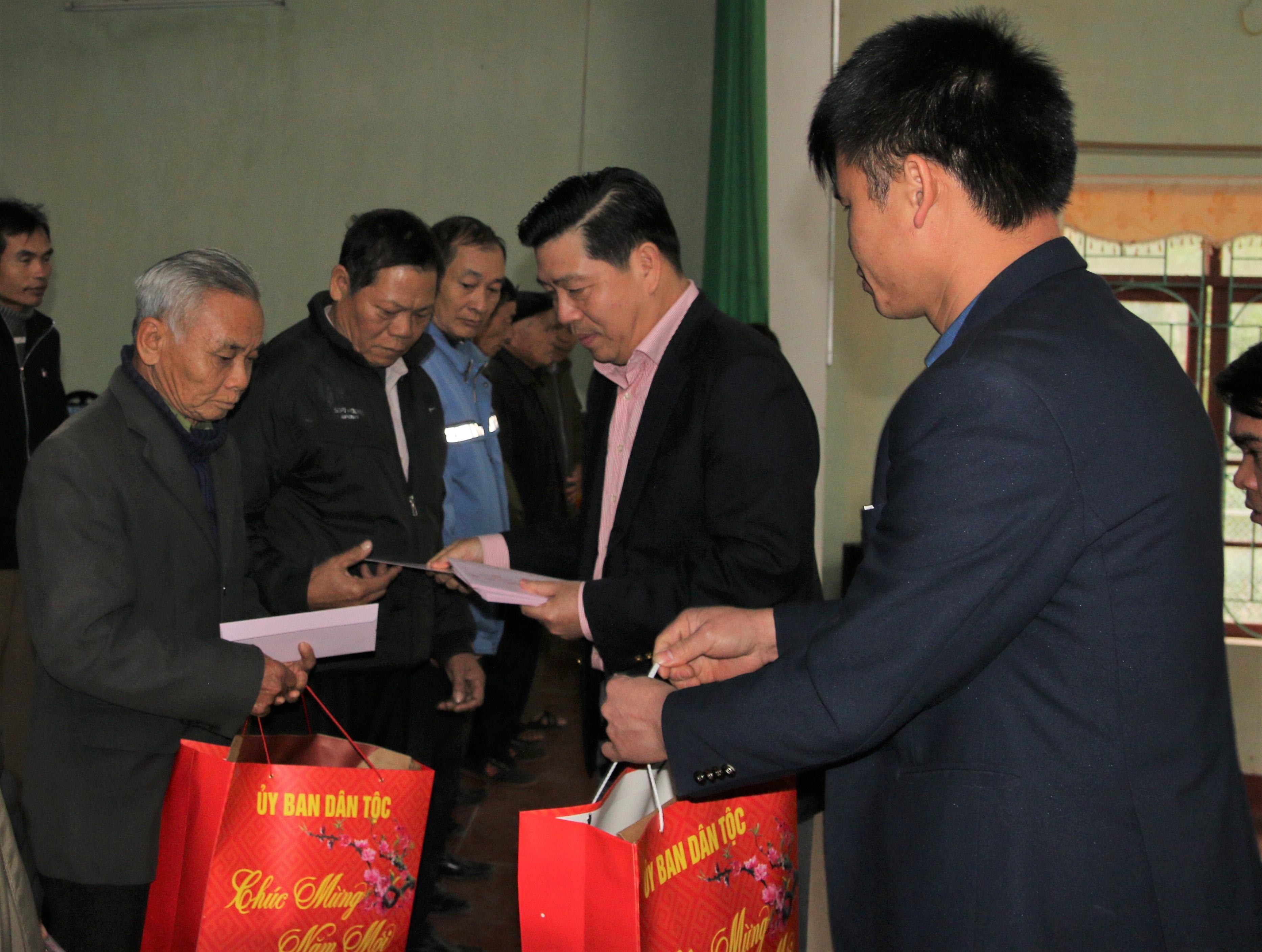 Thứ trưởng, Phó Chủ nhiệm UBDT Lê Sơn Hải tặng Tết Người có uy tín, cán bộ hưu trí, gia đình chính sách xã Hộ Đáp, huyện Lục Ngạn