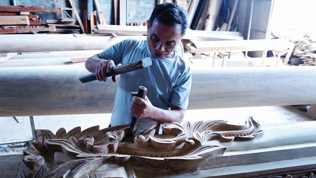 Ông Nguyễn Chí Điền cần mẫn đục các họa tiết.