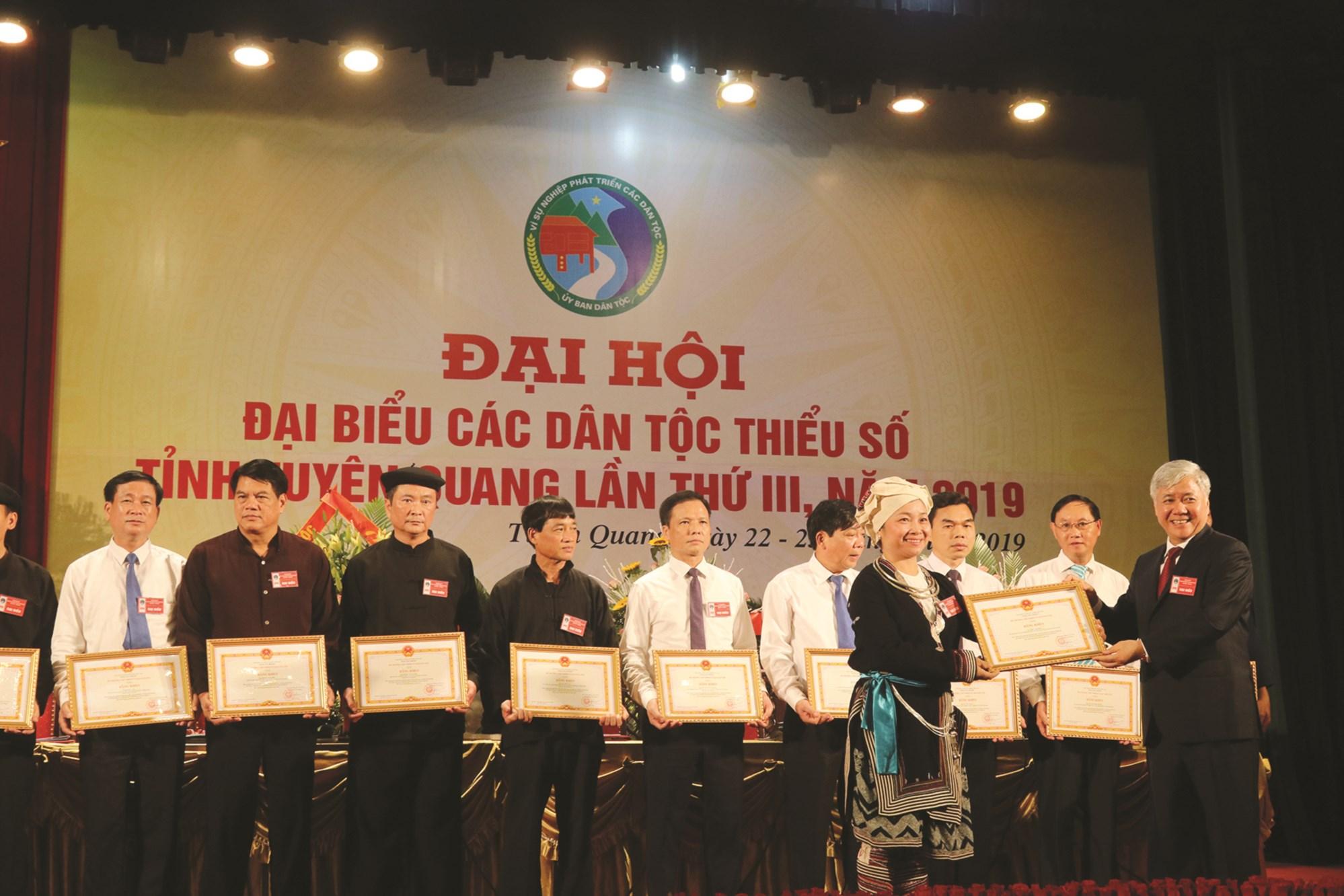 Bộ trưởng Đỗ Văn Chiến trao Bằng khen cho các cá nhân tiêu biểu tại Đại hội Đại biểu các DTTS tỉnh Tuyên Quang lần thứ III.