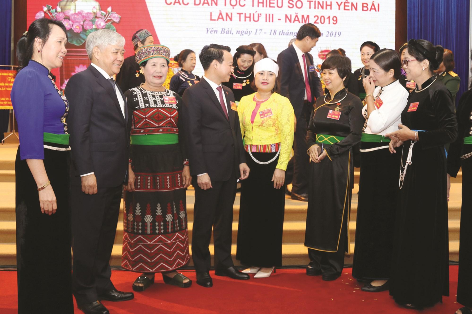 Bộ trưởng Đỗ Văn Chiến đổi với các Đại biểu bên lề Đại hội Đại biểu các DTTS tỉnh Yên Bái