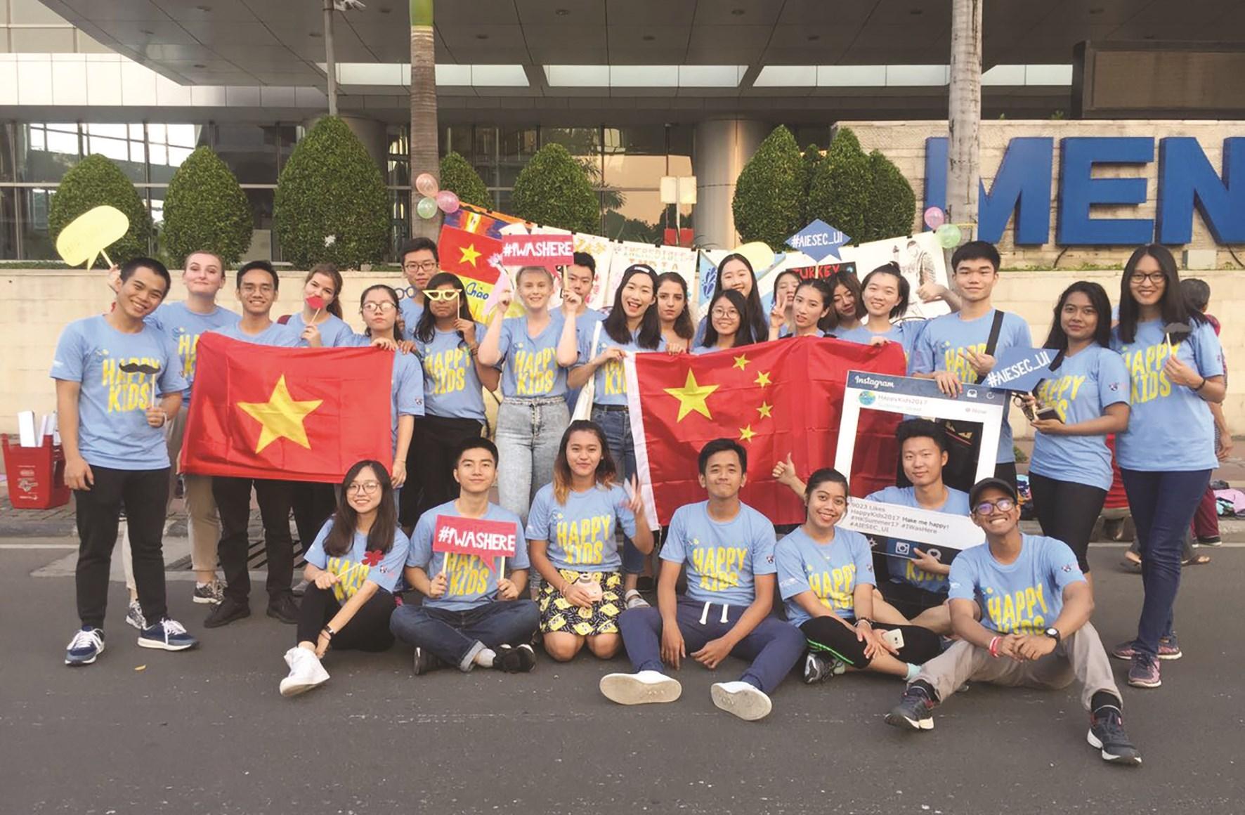 Em Ma Xuân Quang (thứ 2 hàng đầu từ trái sang) trong lần tham gia chương trình tình nguyện dạy học miễn phí cho trẻ em ở Indonesia