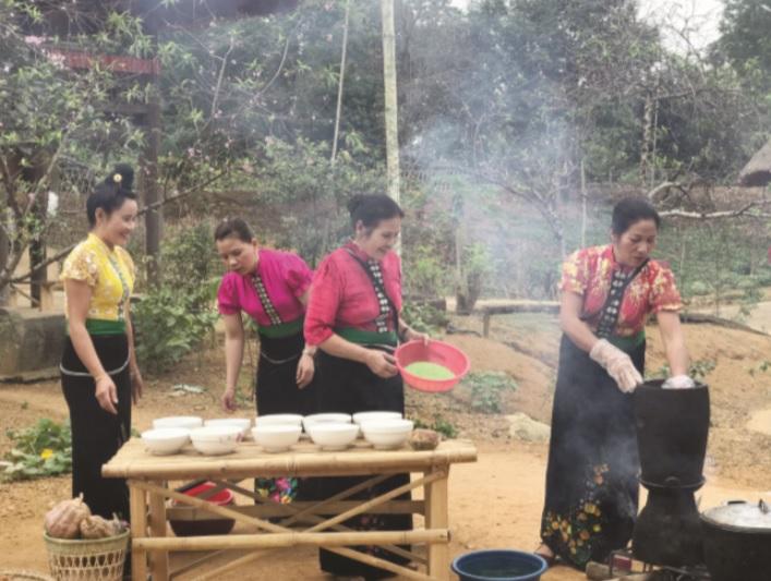 Đồng bào dân tộc Thái chuẩn bị các món ăn đón Tết.