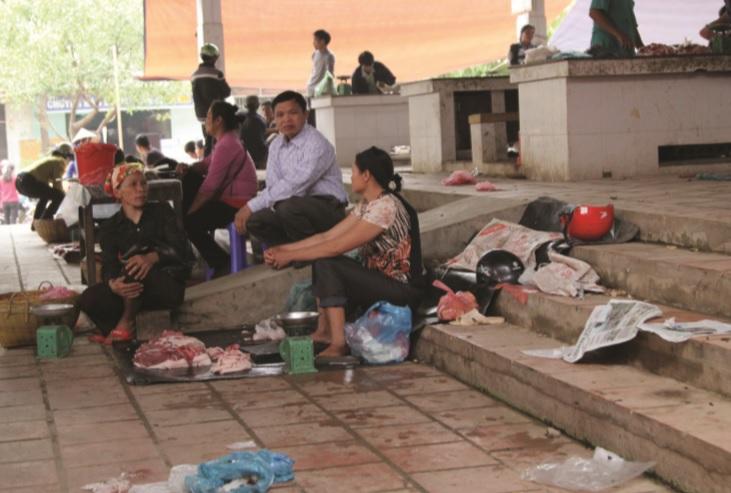 Thực phẩm không đảm bảo vệ sinh được bày bán ở chợ vùng cao