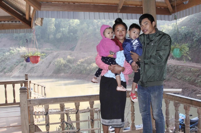 Chị Nang Hặc hạnh phúc bên chồng và hai con của mình trong ngày đầu năm mới
