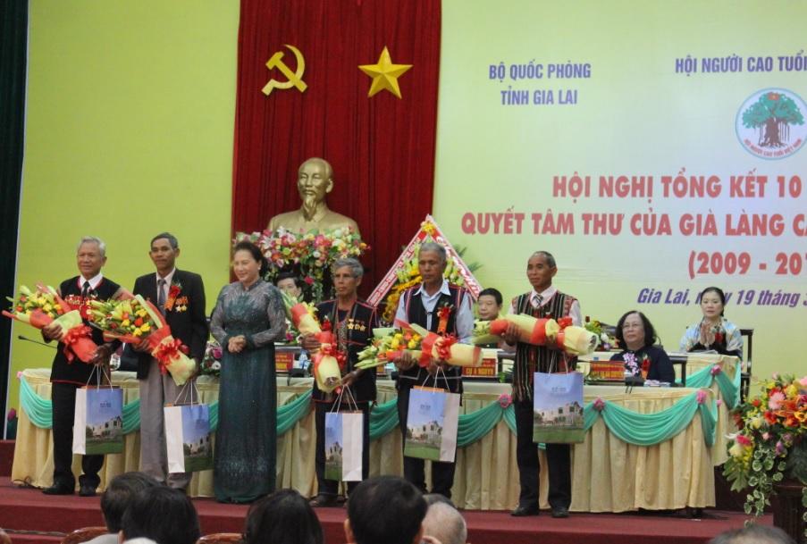 Chủ tịch Quốc hội Nguyễn Thị Kim Ngân tặng quà cho các già làng, trưởng bản nhân dịp 10 năm thực hiện Quyết tâm thư của già làng Tây Nguyên