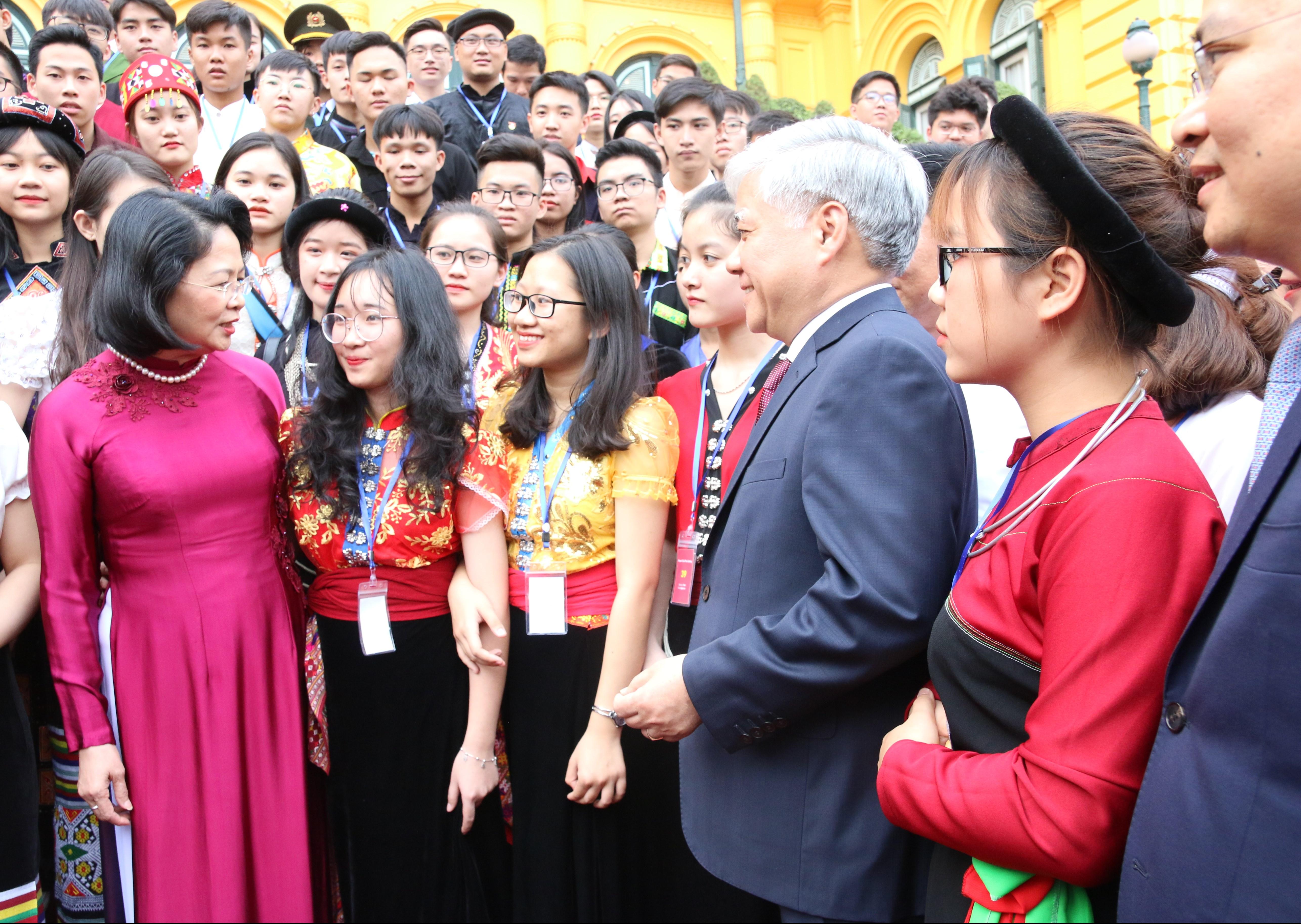 Phó Chủ tịch nước Đặng Thị Ngọc Thịnh và Bộ trưởng, Chủ nhiệm UBDT Đỗ Văn Chiến trò chuyện với các em học sinh, sinh viên, thanh niên DTTS xuất sắc, tiêu biểu năm 2019