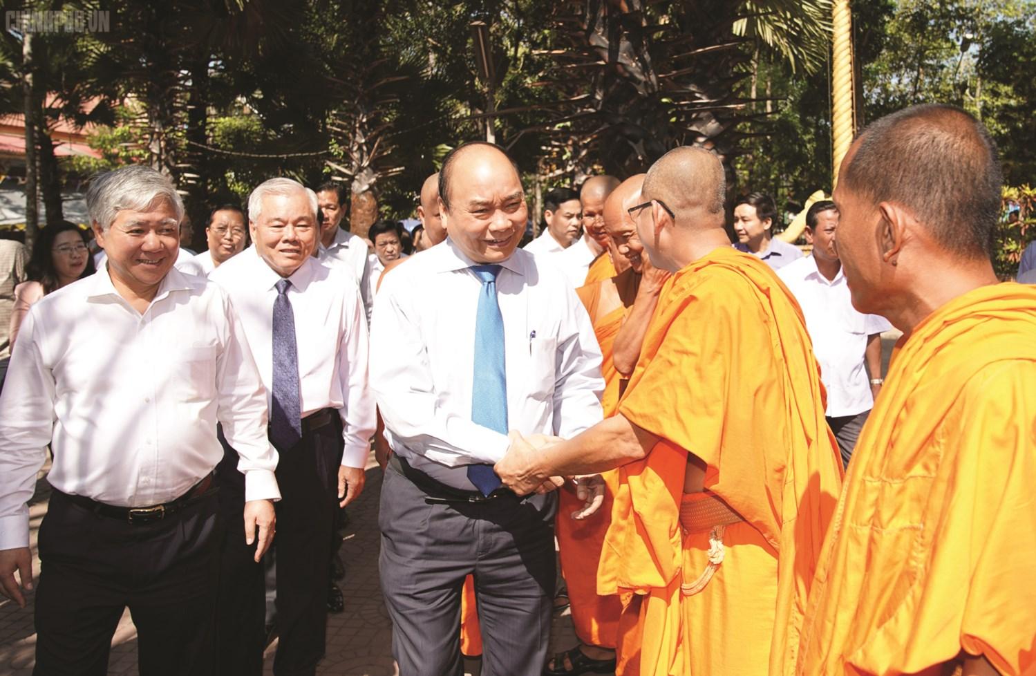 Thủ tướng Nguyễn Xuân Phúc và đoàn công tác Chính phủ thăm hỏi, chúc Tết các vị sư sãi chùa Botum Vongsa Som Rong (Sóc Trăng) nhân dịp tết Chôl Chnăm Thmây năm 2019