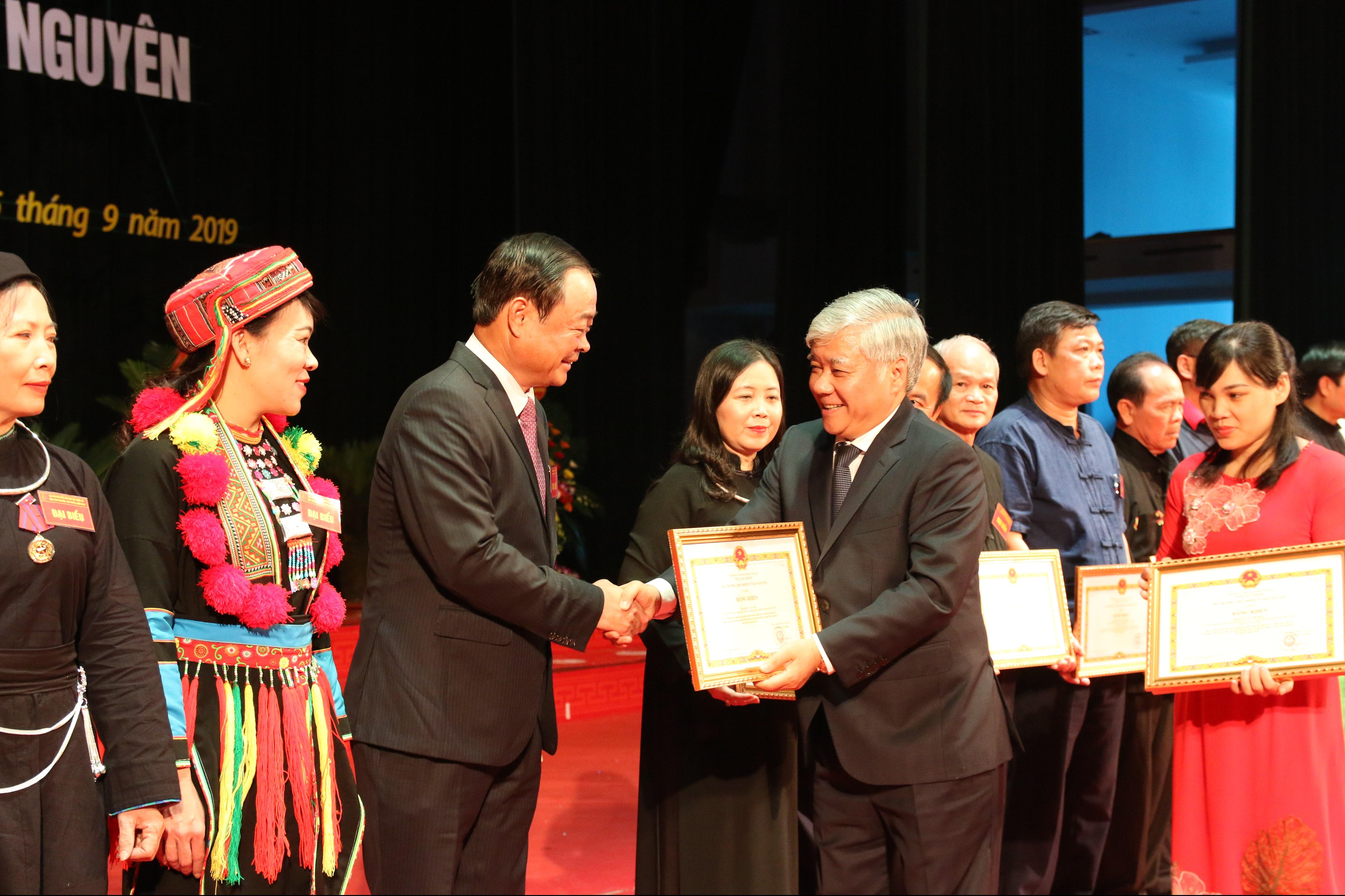 Bộ trưởng, Chủ nhiệm UBDT Đỗ Văn Chiến tặng Bằng khen của UBDT cho tập thể, cá nhân có thành tích xuất sắc trong công tác dân tộc giai đoạn 2014-2019 tại Đại hội đại biểu DTTS tỉnh Thái Nguyên lần thứ III năm 2019