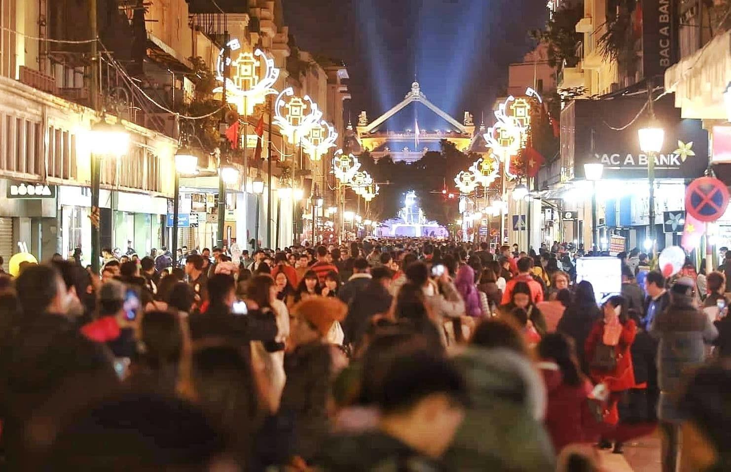 Nhiều năm nay, sự kiện đếm ngược chào năm mới ở Hà Nội thu hút hàng nghìn người tham gia