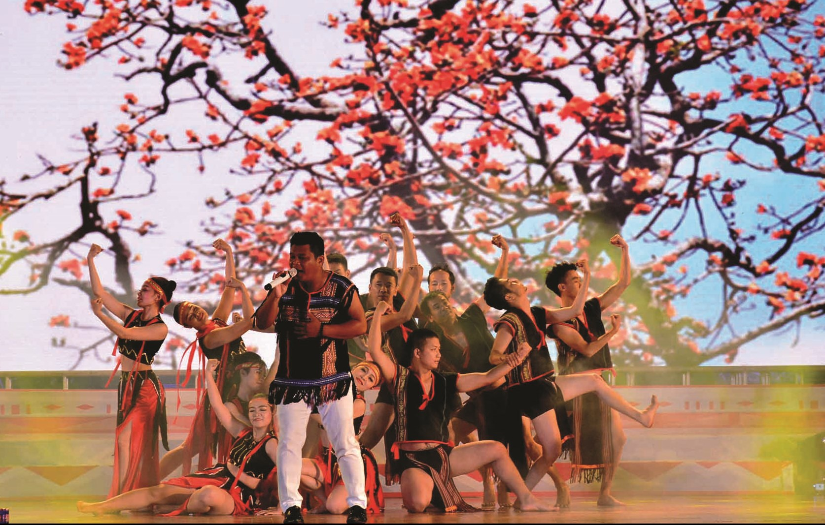 Các nghệ sĩ Tây Nguyên biểu diễn nghệ thuật dưới sắc hoa Pơ Lang. Ảnh TL